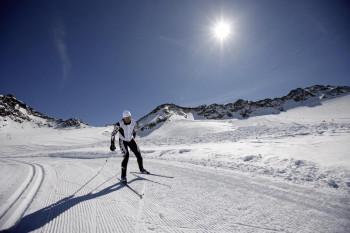 Die Hochjoch-Loipe verläuft über offenes Gelände am Gletscher und wird für beide Stile präpariert.