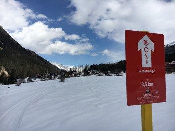 Der Einstieg zur Leonhard-Loipe ist direkt an der Einfahrt zum Parkplatz des Skigebiets in St. Jakob.