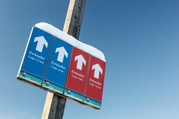 Je nach Schwierigkeitsgrad sind die Loipen blau oder rot markiert.