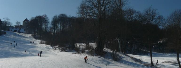 Der Skilift Hohenstein liegt malerisch unter der gleichnamigen Burg
