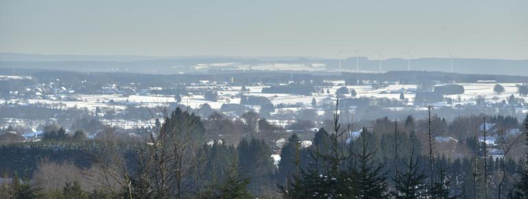 Sanfte Hügel und Windräder prägen die Landschaft im Skigebiet Ovifat.