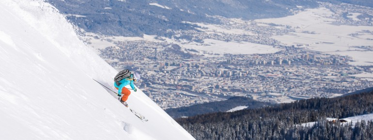 Freeriden mit Sicht auf Innsbruck in der Axamer Lizum