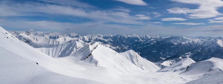 Im Kaukasus warten nicht nur tolle Pisten sondern auch eine atemberaubende Aussicht.