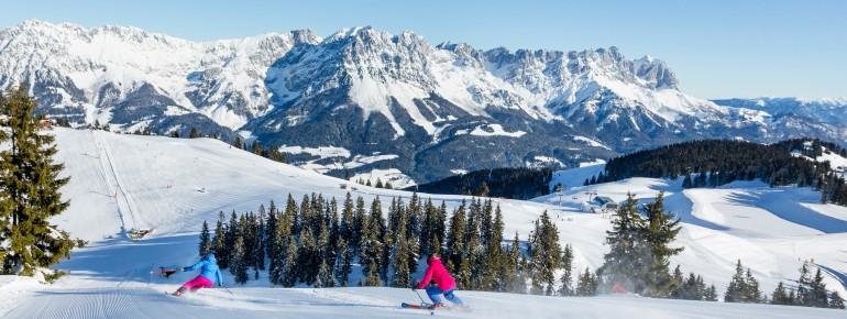 Skifahren mit Blick auf das Bergmassiv Wilder Kaiser